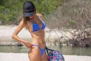 Un ángel de Victoria's Secret en la playa: Alessandra Ambrosio impacta con minúscula tanga azul