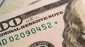 ¿Por qué algunos billetes tienen una estrella al final del número de serie?