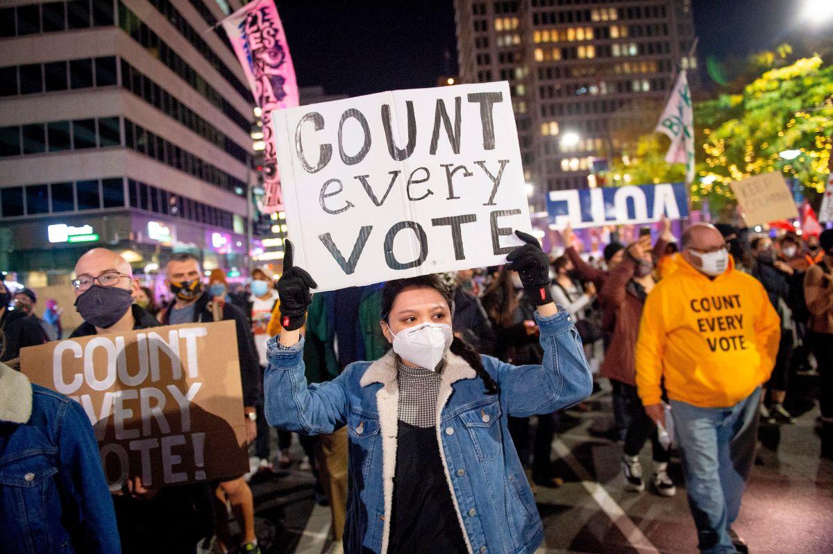 Manifestantes en Philadelphia piden que se cuenten todos los votos