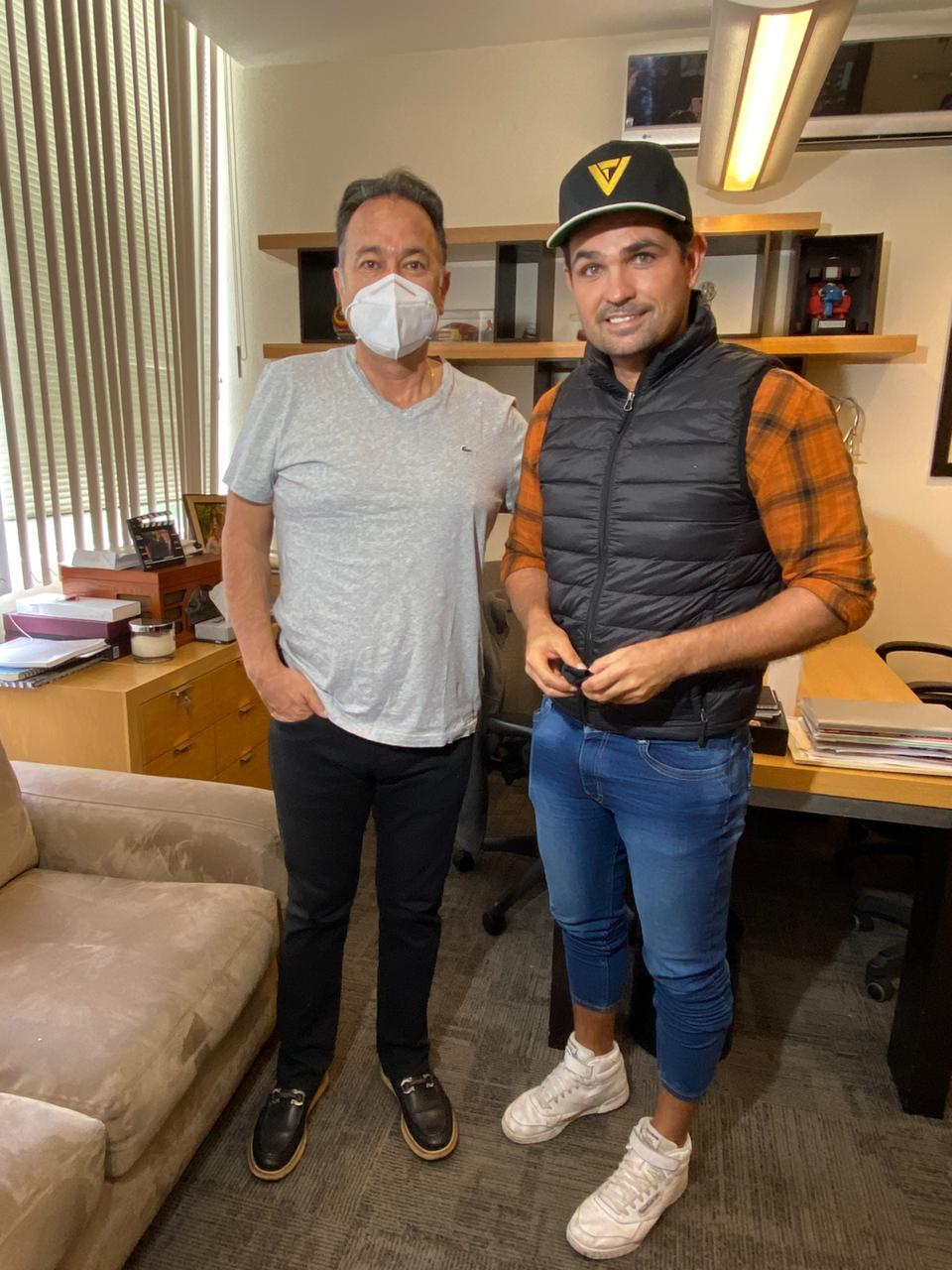 El productor Nicandro Díaz con Ferdinando Valencia.