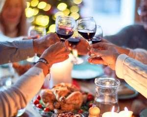¿Vale la pena correr el riesgo de contraer o contagiar COVID-19 por reunirse en familia para Acción de Gracias? Muchos papás creen que sí