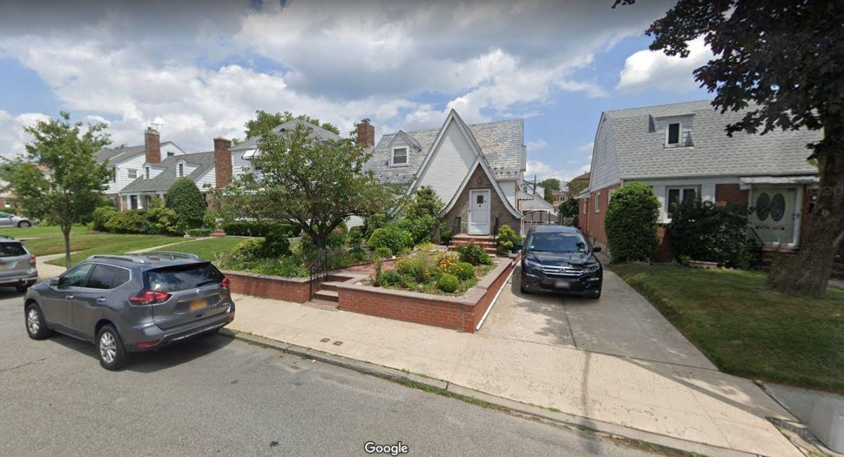 Misterio por adolescente hallada muerta en el patio de su casa en Queens