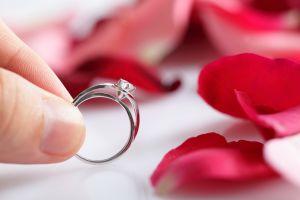 Le pide matrimonio a su novia y esconde el anillo en el lugar menos esperado