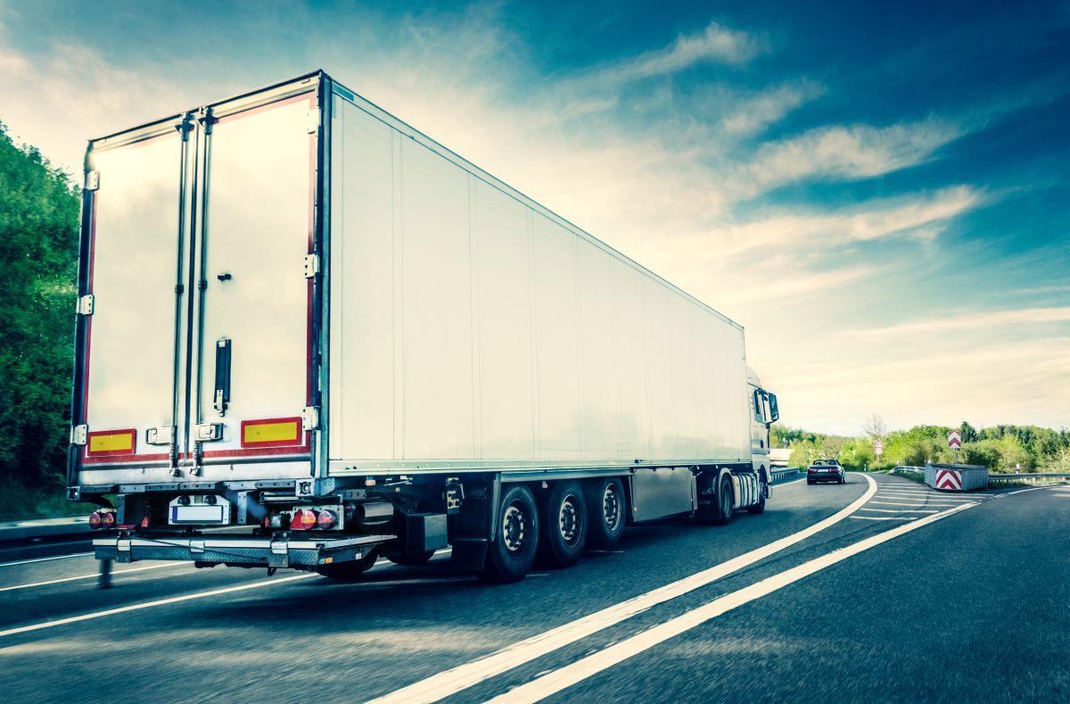 El momento exacto en el que un conductor de un camión de carga logra esquivar varias balas mientras transita por autopista mexicana