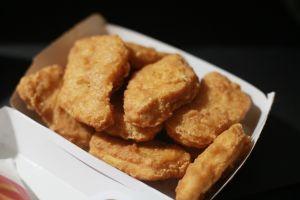 Madre le exige $600 dólares a niñera por darles nuggets de McDonald's a sus hijos veganos
