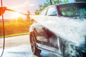 Lavan auto que pasó 44 años sin limpiarse y el resultado es asombroso