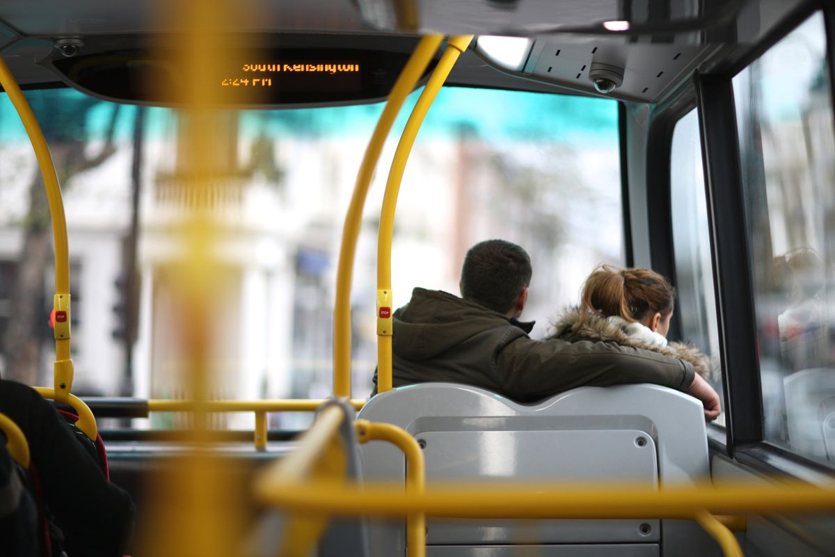 Suegra e hija golpean a yerno infiel en pleno transporte público