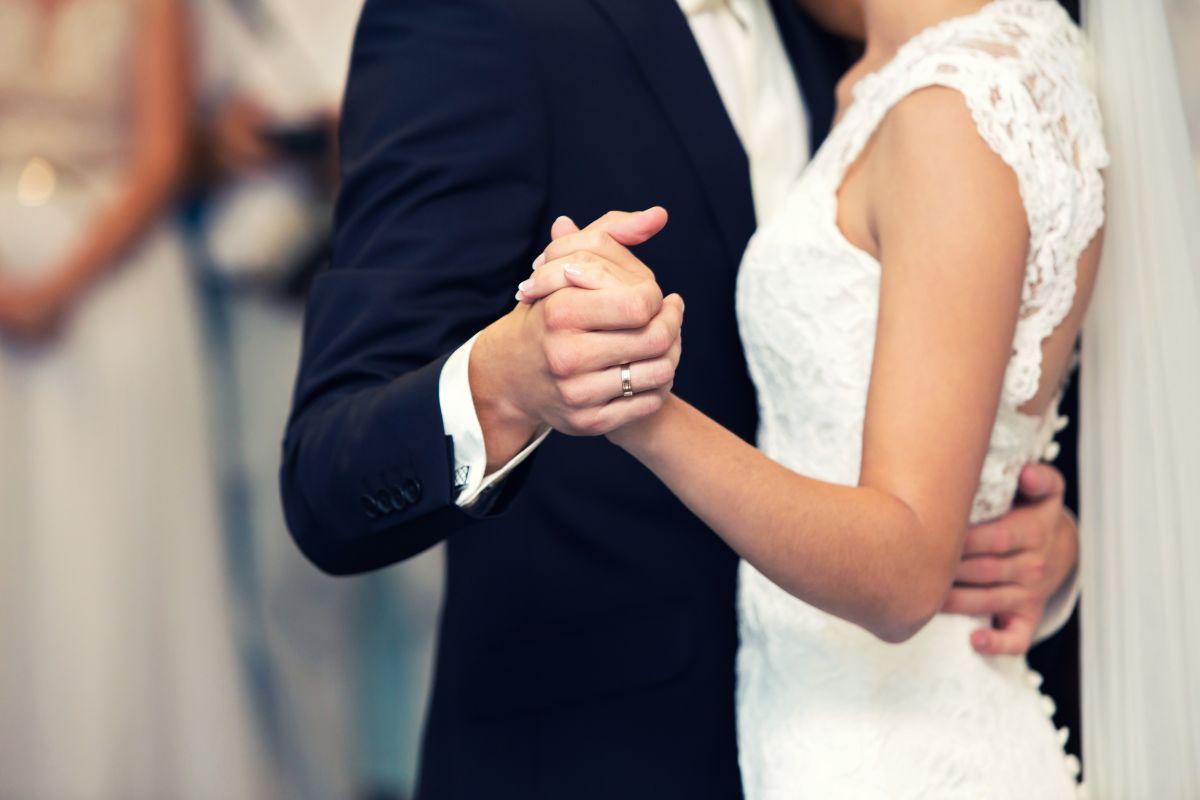 Novio arruina su boda tras golpear brutalmente a su esposa durante baile