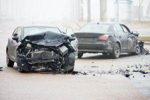Anciano choca su auto 6 veces en menos de un minuto