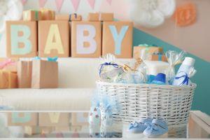 Celebró su baby shower y su suegro llegó con insólito regalo
