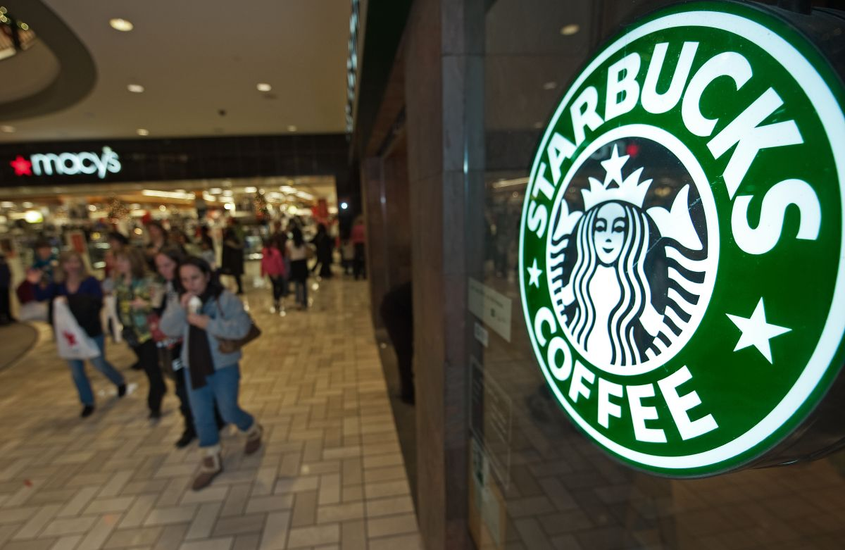 Starbucks dará GRATIS vasos reutilizables con motivos navideños