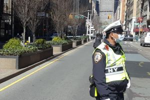 57% y 45% de los policías y bomberos de Nueva York aún no se han vacunado contra el COVID
