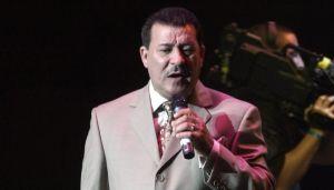 """Al ritmo de salsa, boricuas hacen fila para despedir a Tito Rojas, """"El Gallo Salsero"""""""