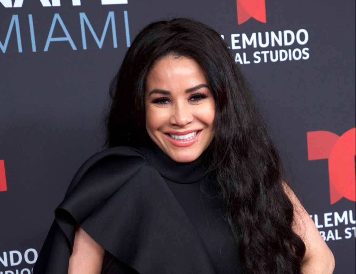 Hija de Carolina Sandoval arrasa en Instagram por su gran belleza con este vestido naranja