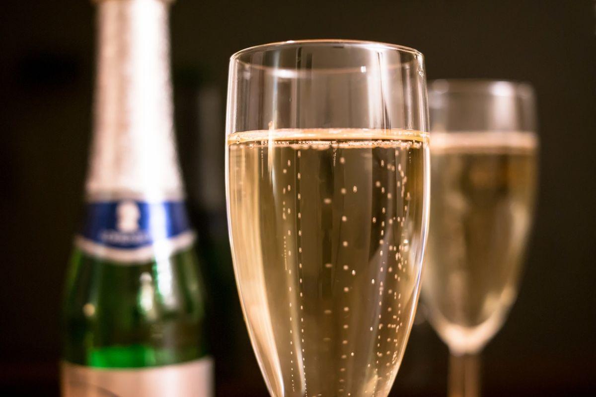 Cuál es la diferencia entre champán y vino espumoso