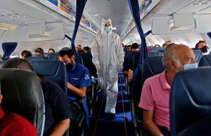 Sobrecargos deben utilizar pañales para evitar contagio de coronavirus durante los vuelos, aconsejan autoridades de aviación