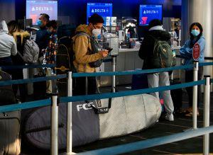 Delta cancela cientos de vuelos en Nochebuena y Navidad por problemas en el clima y falta de pilotos