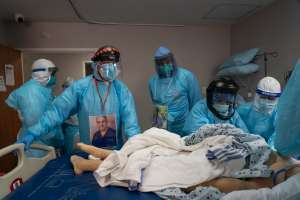 EE.UU. registra su peor día de muertes COVID y supera por primera vez las 100,000 hospitalizaciones