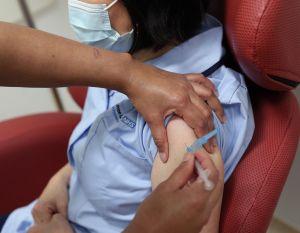 """La vacuna para la COVID no tiene consecuencias de """"carga pública"""" para inmigrantes"""