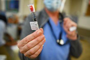 Algunos trabajadores de salud rechazan vacunarse contra el coronavirus