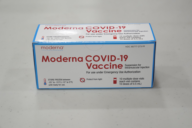 Caja con dosis de la vacuna de Moderna.