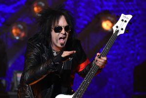 """De inhalar hormigas con Ozzy Osbourne a """"morir dos veces"""": las cinco polémicas más fuertes de Nikki Sixx"""