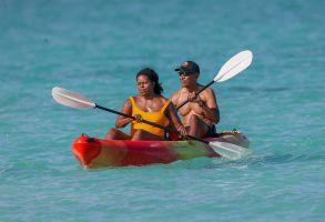 Barack Obama fue captado sin camisa y haciendo paddle en Hawái