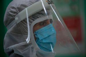 La historia detrás de la conmovedora imagen de un doctor abrazando a un anciano con coronavirus