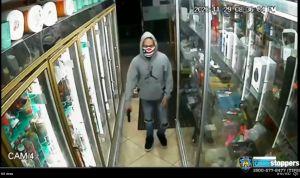 Video: niña de 6 años escapó a robo armado en bodega del Bronx; buscan a ladrón con mascarilla boricua