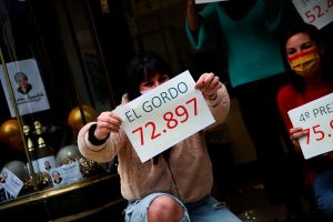 Estuvo 3 años sin trabajar por cuidar a su esposa enferma y gana premio millonario de lotería