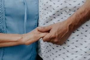 Pareja muere de coronavirus en el mismo minuto después de 47 años de matrimonio