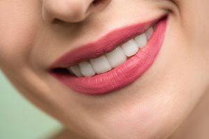 Qué alimentos manchan tus dientes y cuáles le aportan protección