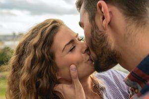 3 enfermedades dentales que puedes transmitir mediante los besos