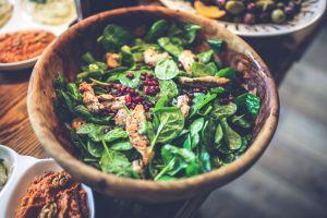 ¿Las ensaladas son realmente una opción saludable? Conoce cuáles son las mejores y las peores alternativas