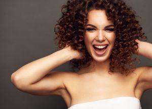 Qué colores son los más adecuados para teñir tu cabello rizado durante el otoño