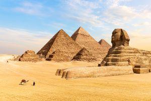 """Fotógrafo y modelo son detenidos por hacer """"atrevida"""" sesión en pirámides de Egipto"""