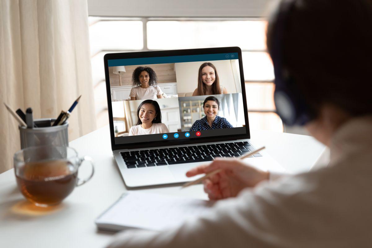 El conmovedor detalle de unos alumnos con su maestro durante clase en línea