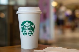 Se entera que tiene coronavirus gracias a un café de Starbucks