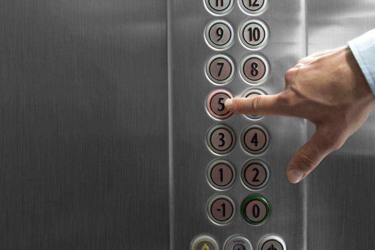 Un joven insistió en subirse al elevador que ya venía lleno.