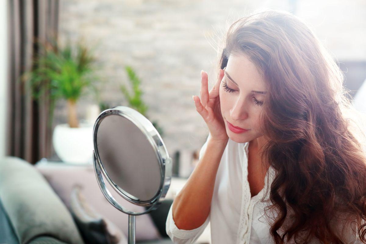 Por qué es bueno cepillarse la cara para mejorar la piel y cómo hacerlo correctamente