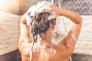 Estilista se vuelve viral en TikTok al mostrar los errores que cometemos al lavarnos el cabello
