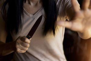 """Asesinó a su madre con más de 80 puñaladas; asegura que lo hizo """"en defensa propia"""""""