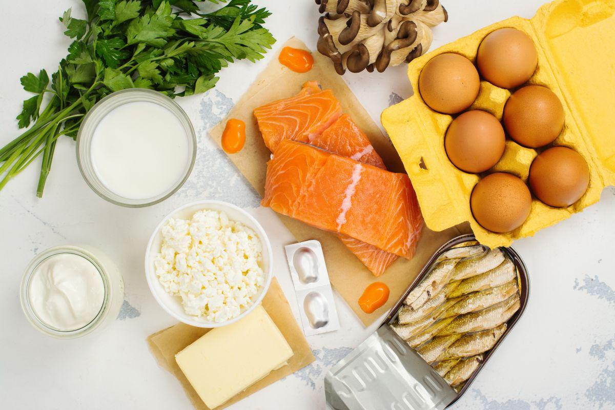 Los pescados y mariscos son una de las mejores fuentes alimenticias de vitamina D, aunque también se encuentra en productos lácteos fortificados, huevo y hongos.