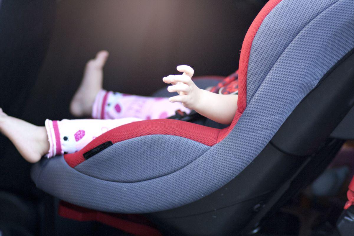 Muere niña de 3 años porque su madre la dejó dentro del auto para ver series con su novio