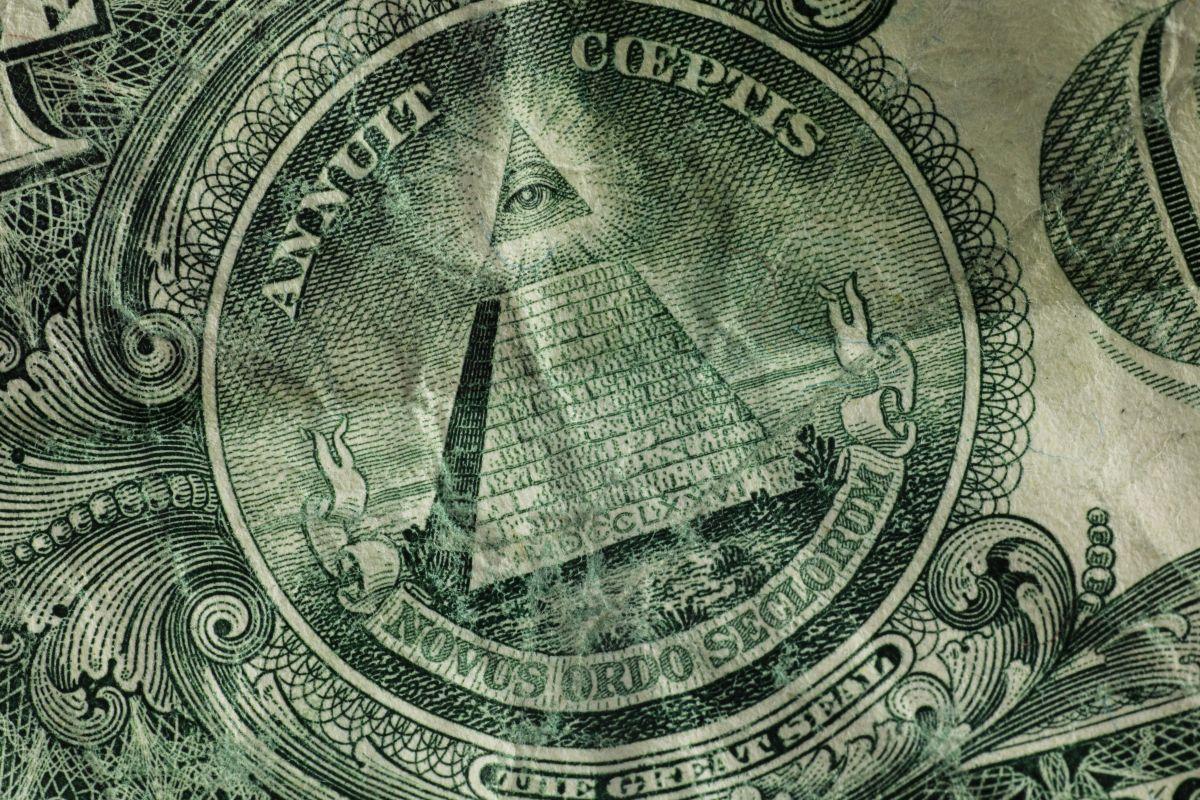 El verdadero origen del triángulo con un ojo dentro que aparece en los billetes de un dólar (y las teorías que alimenta)