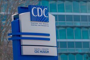 Los CDC relajan requisitos de vacunación ante la escasez de dosis contra el coronavirus