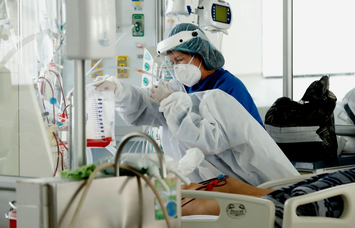 El emotivo abrazo entre un enfermero y un paciente con Síndrome de Down que padece COVID-19