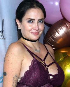 Celia Lora se bajó el body y posó mostrando casi todos sus senos