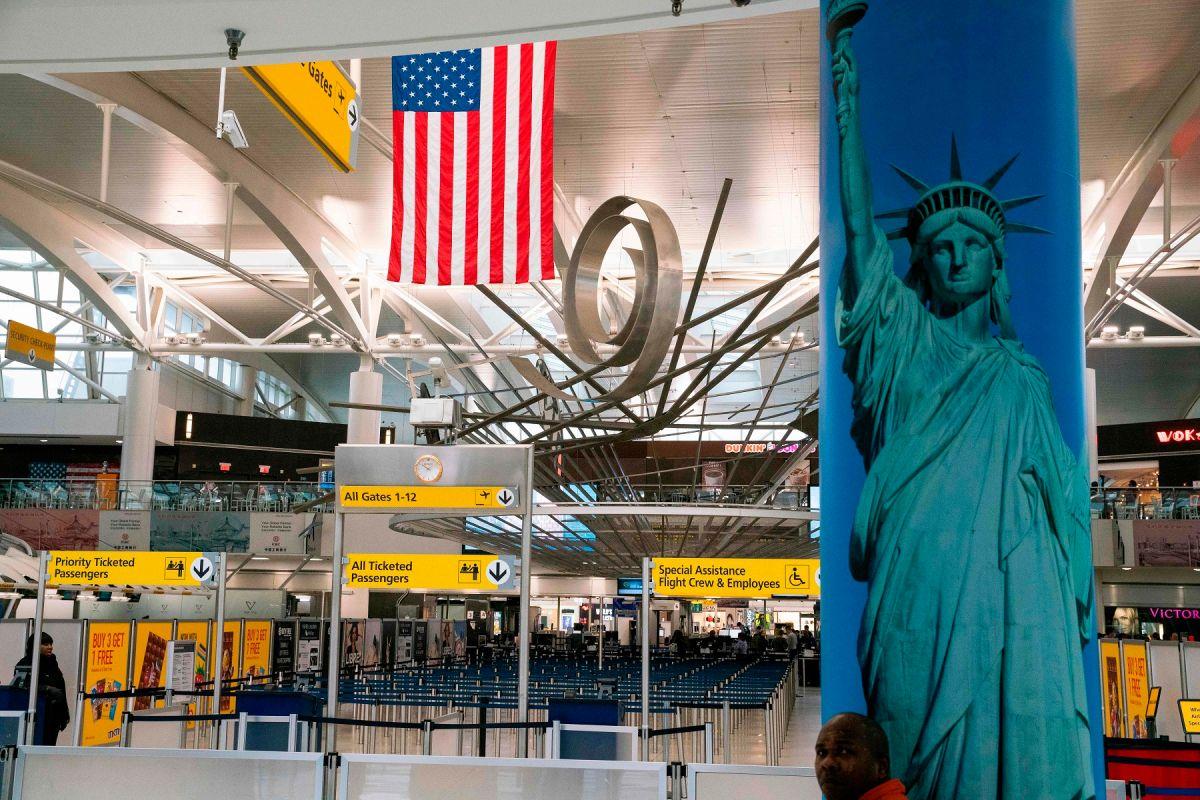 Biden ordena que viajeros a Estados Unidos deben mostrar prueba negativa a COVID-19 y seguir cuarentena