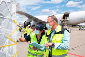 Cómo las aerolíneas están transportando las vacunas de COVID-19 y cuáles son las dificultades que están enfrentando
